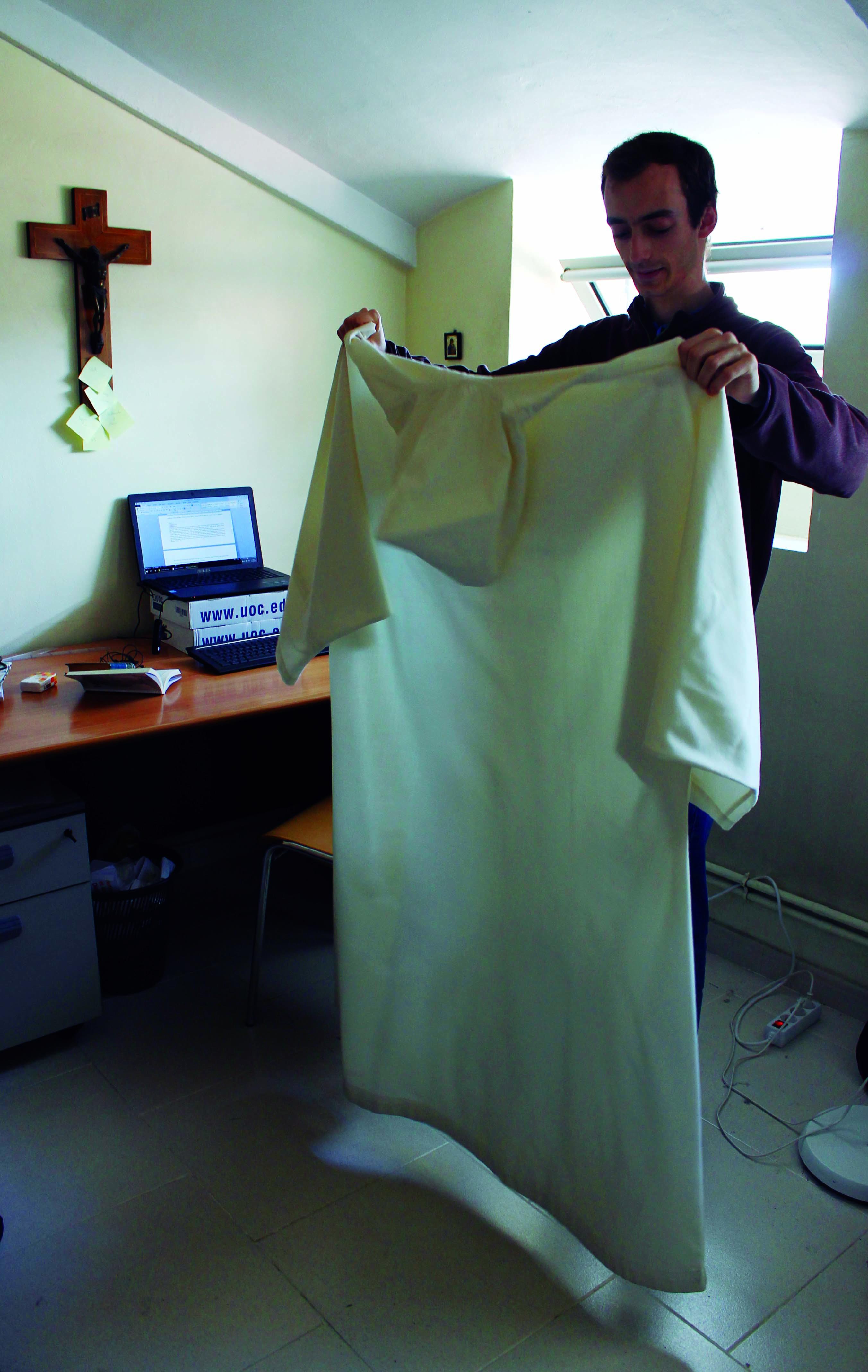 10a. Toni enseña una sotana típica que llevan durante el rezo de la noche y en algunas celebraciones