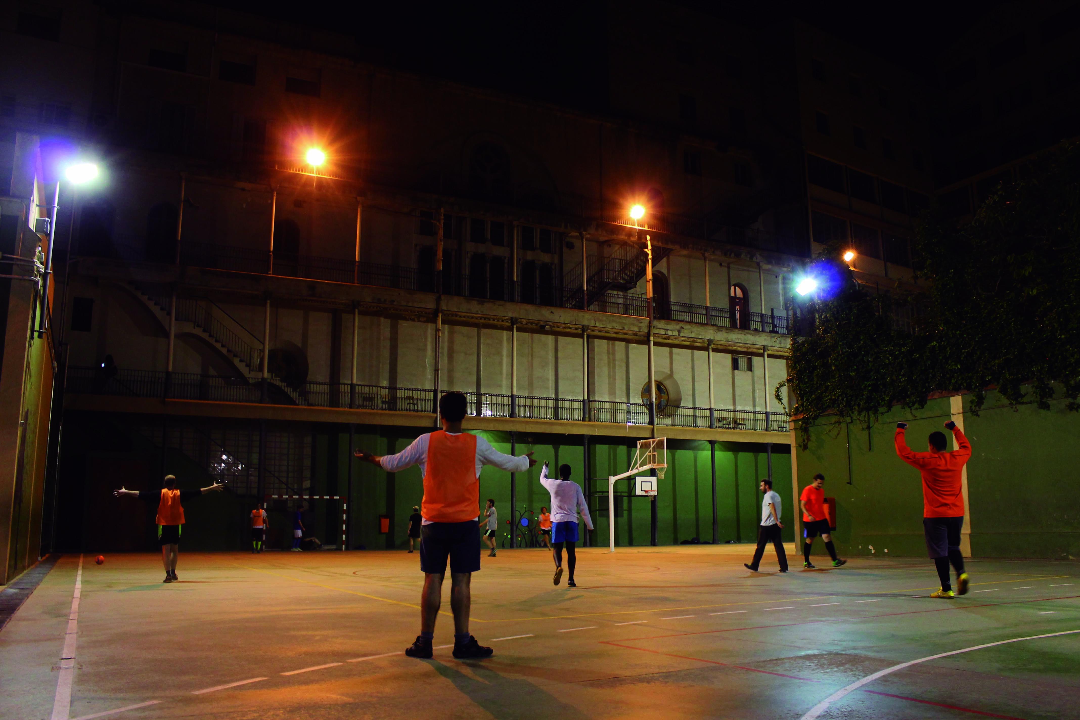 11a. Jóvenes del Interdiocesano jugando a futbol en la pista de Els Jesuïtes de Casp